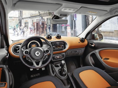 Der neue smart forfour, 2014 Polsterung in Stoff schwarz/orange, Instrumententafel und Türmittelfelder in Stoff orange und Akzentteile in schwarz/grau The new smart forfour, 2014 Upholstery in black / orange fabric, Dashboard and door centre panels in orange fabric and contrast components in black/grey